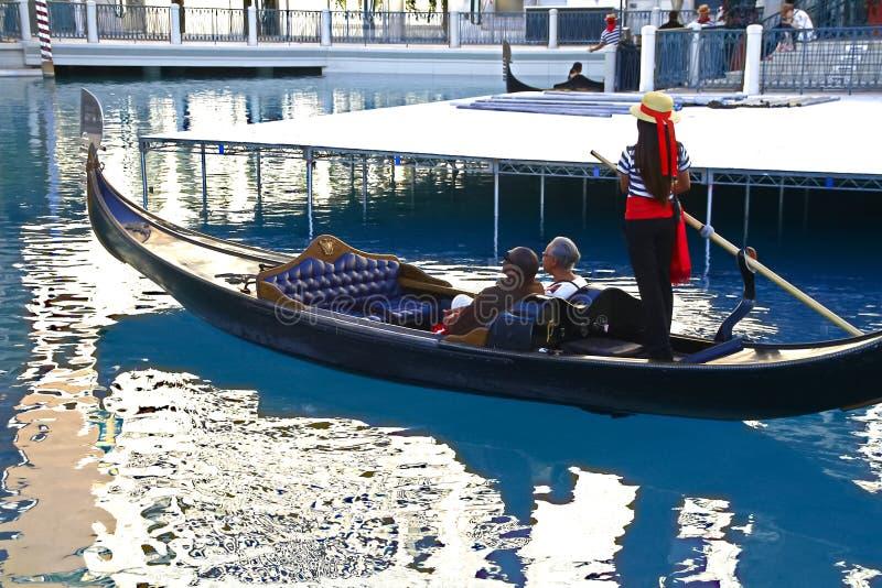 De niet geïdentificeerde mensen nemen gondelrit bij Venetiaans Toevluchthotel en casino royalty-vrije stock afbeelding