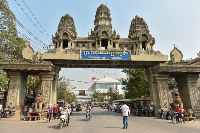De niet geïdentificeerde mensen overschrijden de grens tussen Thailand en Cambod royalty-vrije stock afbeelding