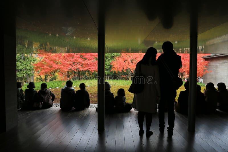 De niet geïdentificeerde mensen rusten bij een Zen-tuinbinnenkant byodo-in Tempel royalty-vrije stock fotografie