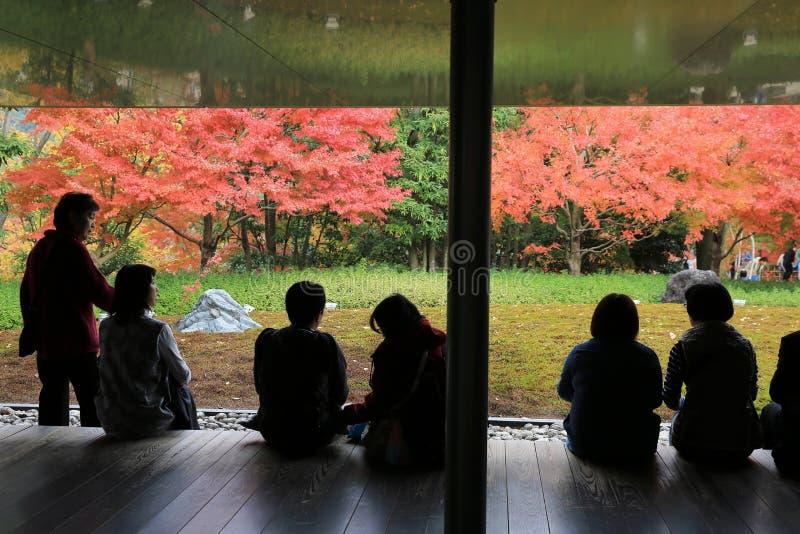 De niet geïdentificeerde mensen rusten bij een Zen-tuinbinnenkant byodo-in Tempel royalty-vrije stock foto