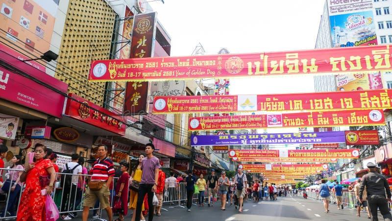 De niet geïdentificeerde mensen vieren bij Yaowarat-Road stock afbeeldingen