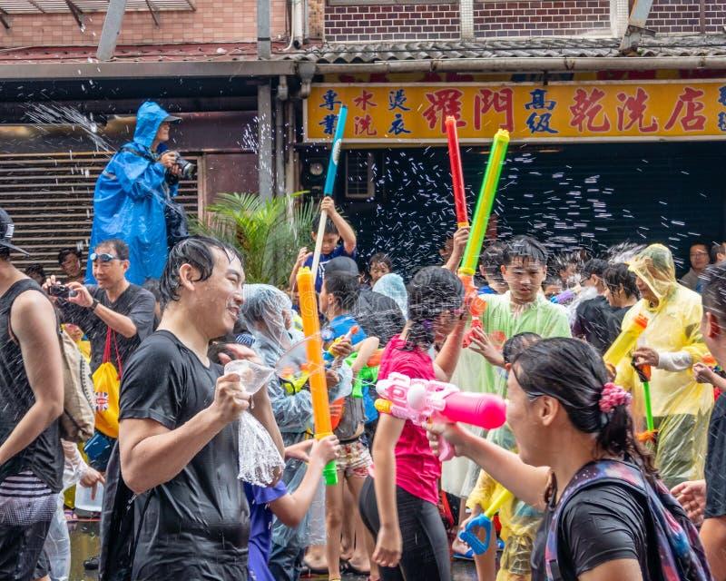 De niet geïdentificeerde mensen in water vechten voor Songkran-Festival royalty-vrije stock foto's