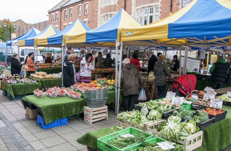 De niet geïdentificeerde mensen winkelen voor vruchten en groenten bij Landbouwersmarkt in Bournemouth op November, 2012 stock afbeeldingen
