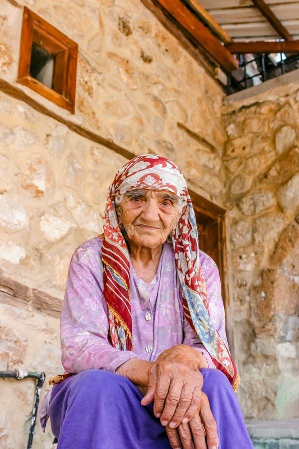 De niet geïdentificeerde oude Turkse Moslimvrouw stelt voor camera stock fotografie
