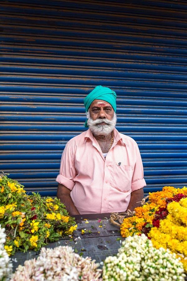 De niet geïdentificeerde sikh mens verkoopt bloemen op straten van Cochin, India royalty-vrije stock fotografie