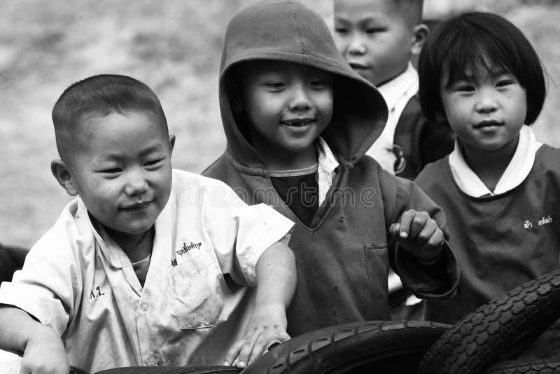 De niet geïdentificeerde stammenkinderen willen onderwijskans royalty-vrije stock afbeeldingen