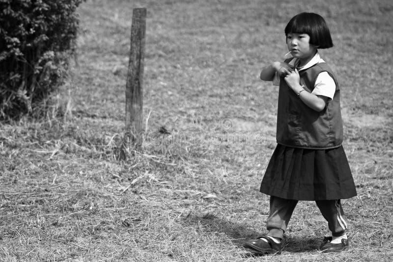 De niet geïdentificeerde stammenkinderen willen onderwijskans royalty-vrije stock afbeelding