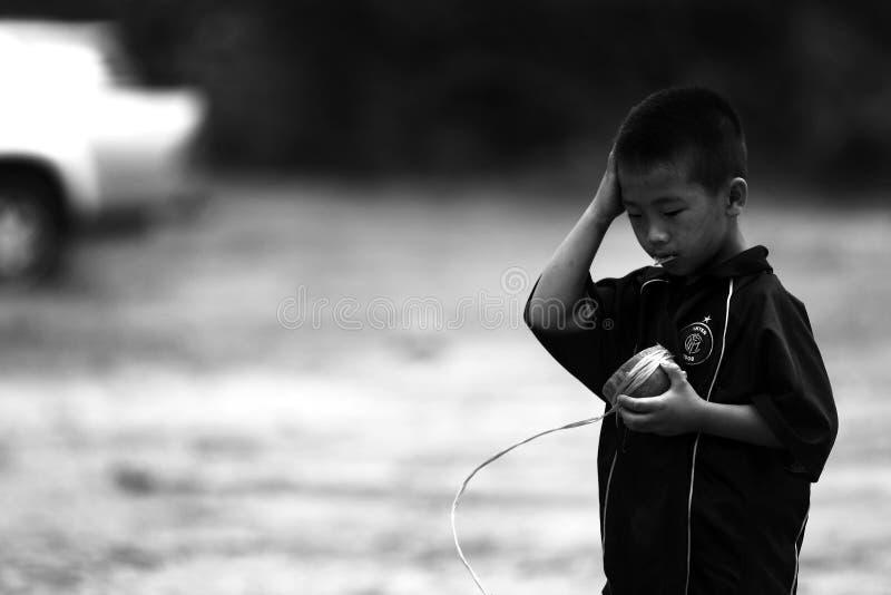 De niet geïdentificeerde stammenkinderen willen onderwijskans stock foto's