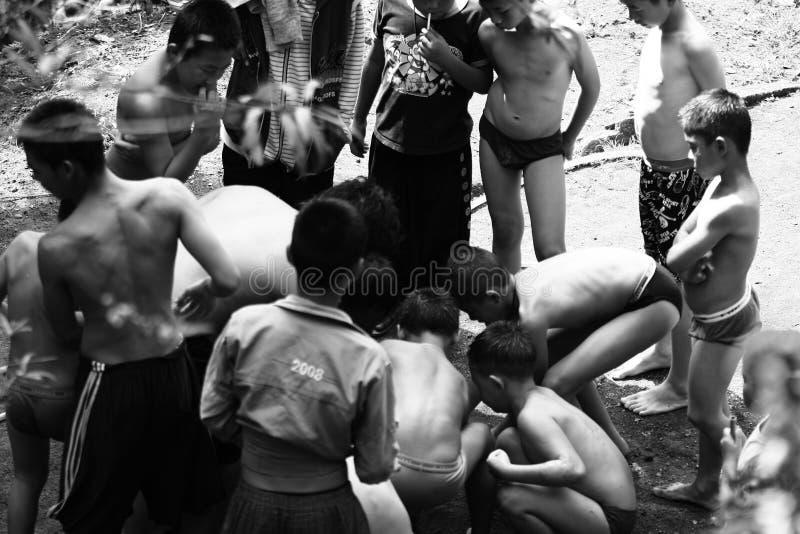 De niet geïdentificeerde stammenkinderen willen onderwijskans royalty-vrije stock foto's