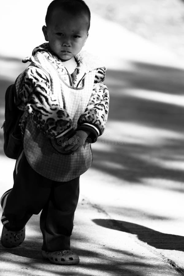 De niet geïdentificeerde stammenkinderen willen onderwijskans stock fotografie