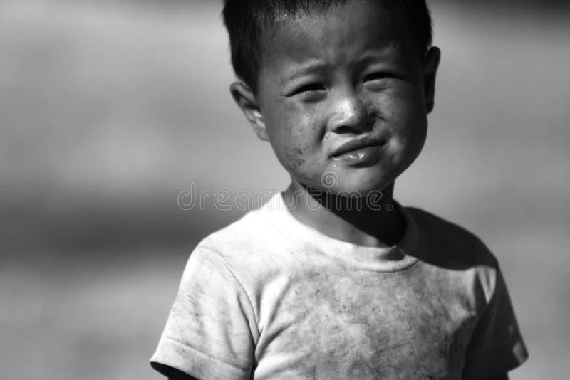 De niet geïdentificeerde stammenkinderen willen onderwijskans stock afbeeldingen