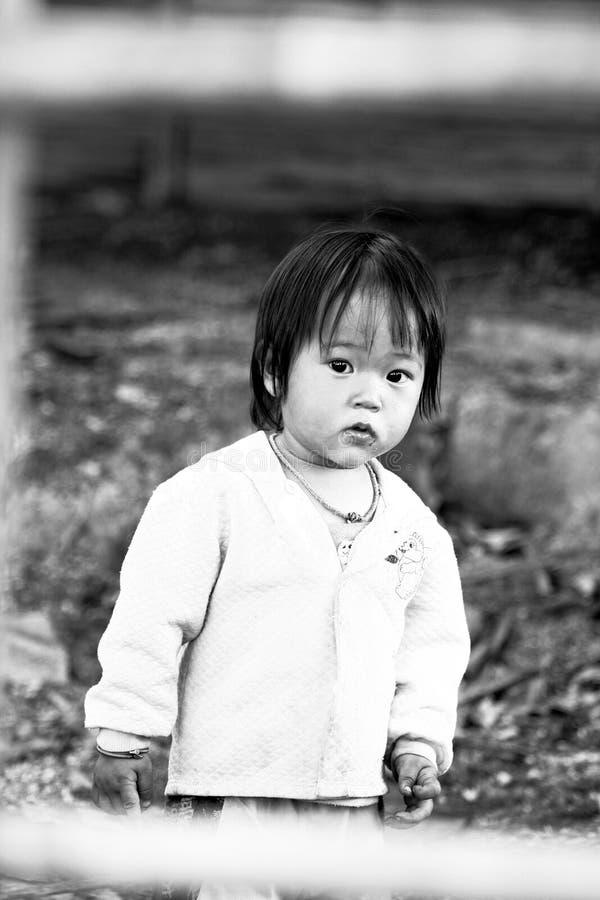 De niet geïdentificeerde stammenkinderen willen onderwijskans royalty-vrije stock fotografie