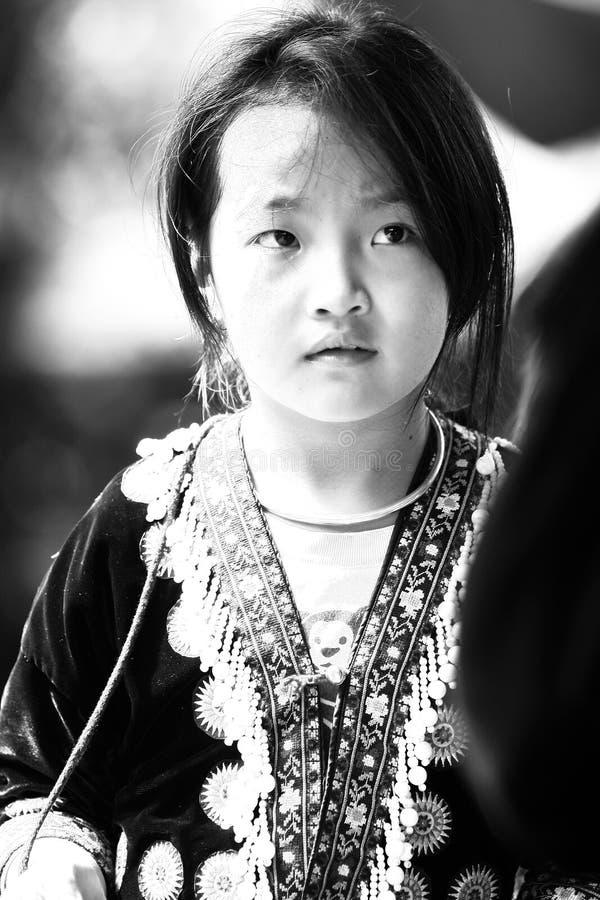 De niet geïdentificeerde stammenkinderen willen onderwijskans stock foto