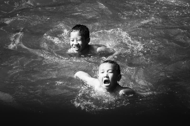 De niet geïdentificeerde stammenkinderen willen onderwijskans royalty-vrije stock foto