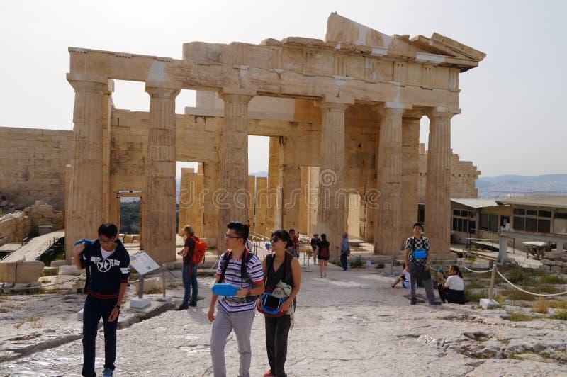 De niet geïdentificeerde toeristen bezoeken Akropolis, Athene, Griekenland royalty-vrije stock afbeeldingen