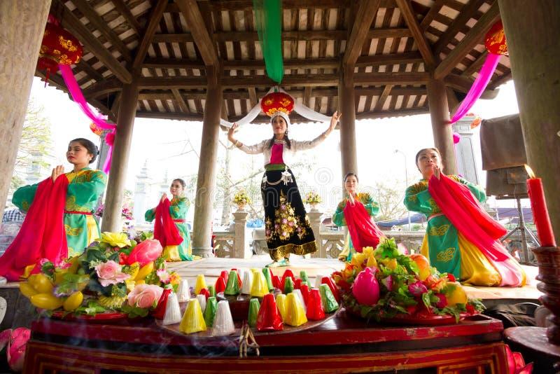 De niet geïdentificeerde vrouw danst in een traditioneel volksfestival royalty-vrije stock fotografie