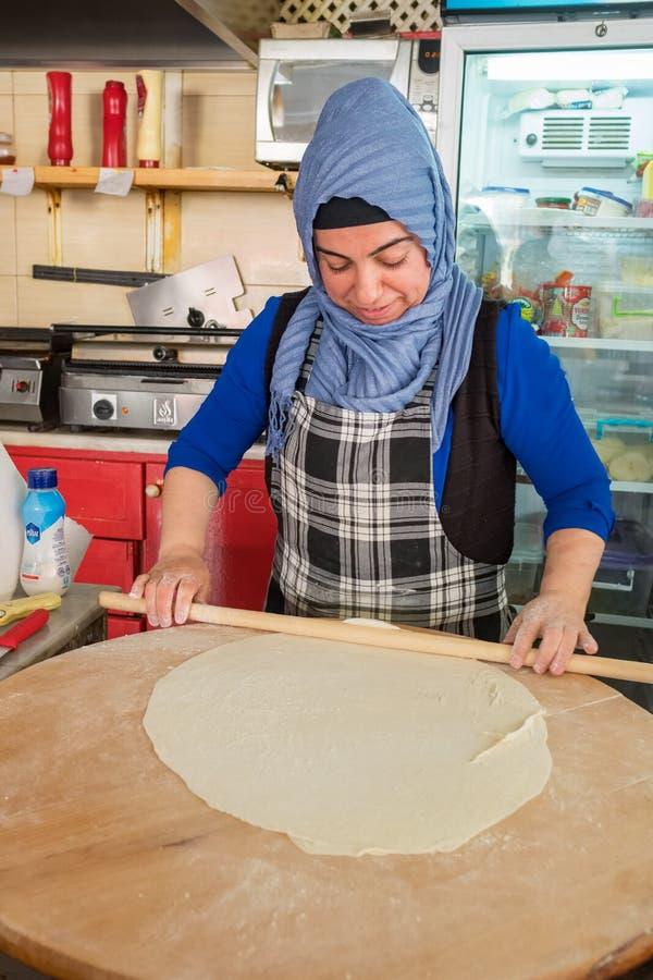 De niet geïdentificeerde vrouw kookt traditionele Turkse pannekoek Gozleme in openluchtkoffie in Turkije royalty-vrije stock afbeeldingen