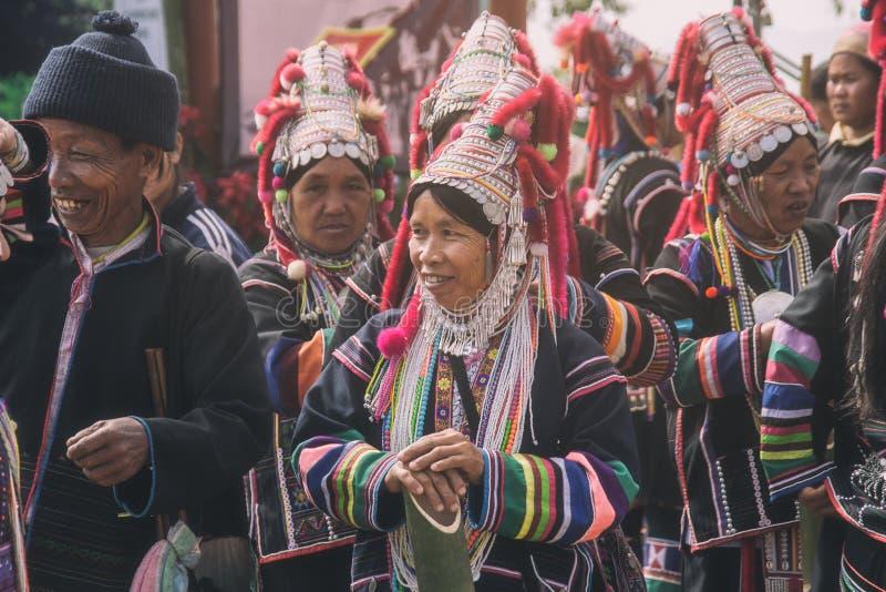 De niet geïdentificeerde vrouw van de de heuvelstam van Akha inheemse in traditionele kleren Aziatische etnische stammengroep Pop stock fotografie