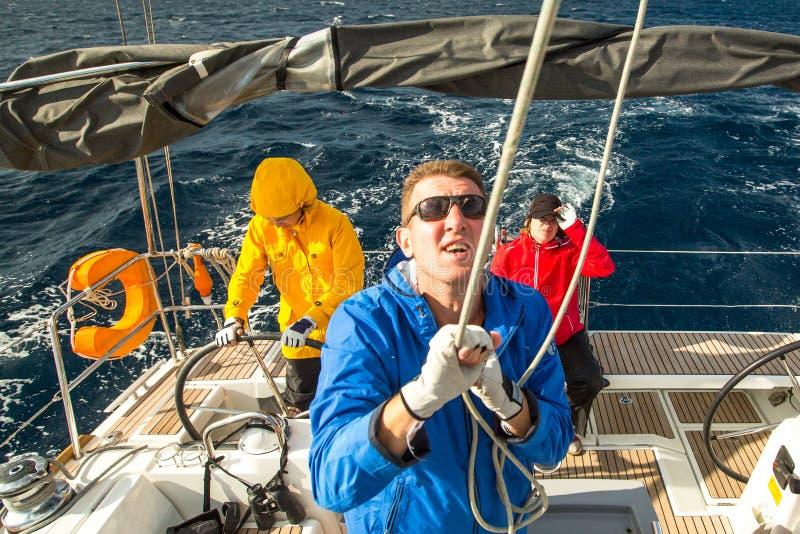 De niet geïdentificeerde zeelieden nemen aan het varen de Herfst van 2014 van regatta twaalfde Ellada deel onder Griekse eilandgr royalty-vrije stock foto