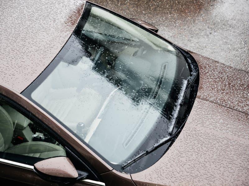 De nieuwe auto van het hagel slechte weer stock foto's