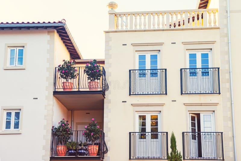 De nieuwe bouw met Traditionele Italiaanse Voorgevel met balkons, en bloempotten Laconiek minimalistisch concept Selectieve nadru royalty-vrije stock afbeeldingen
