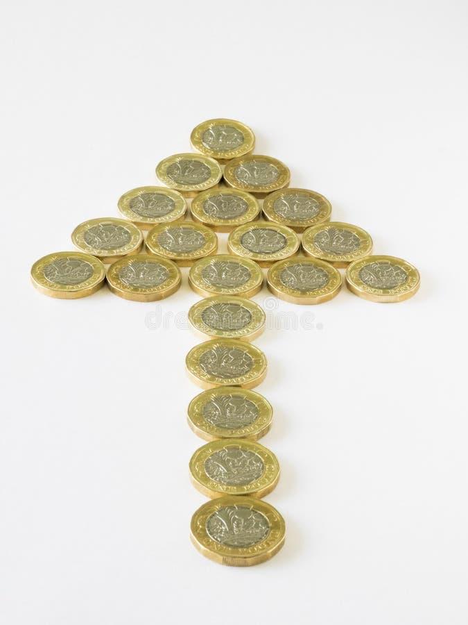 De nieuwe Britse pondmuntstukken schikten om een pijlpuntvorm te maken stock afbeelding