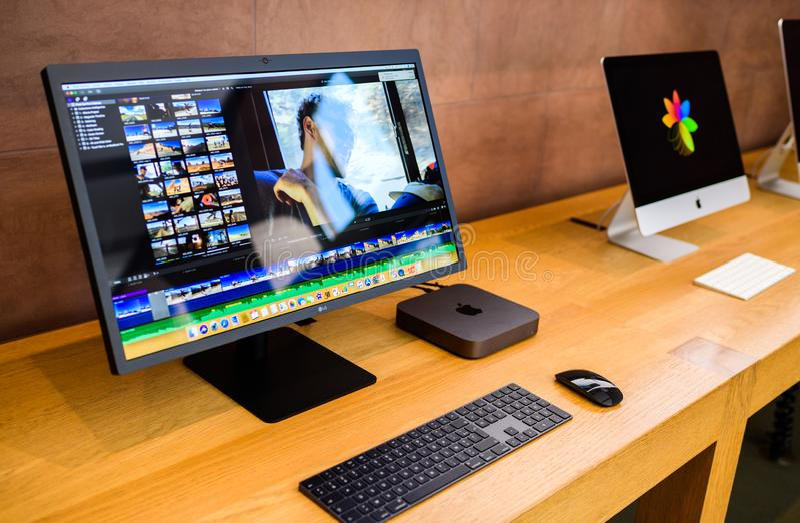 De nieuwe computer van Apple Mac Mini 2018 naast iMac royalty-vrije stock fotografie