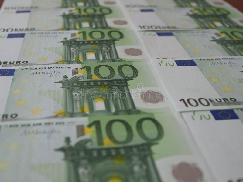 De nieuwe 100 Euro bankbiljetten worden keurig geschikt in rijen stock foto