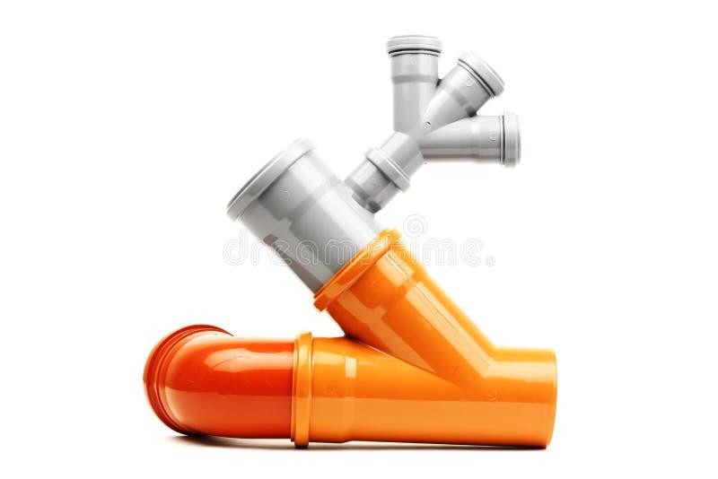 De nieuwe grijze en oranje die pijp van afvoerkanaalpvc op wit wordt geïsoleerd stock afbeelding