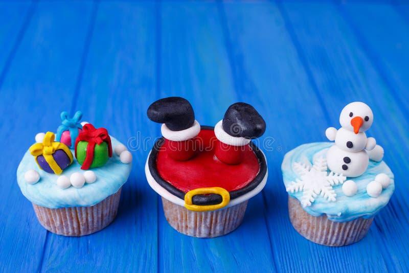 De nieuwe jaar of Kerstmispartij cupcakes plaatste met grappige decoratie royalty-vrije stock foto's