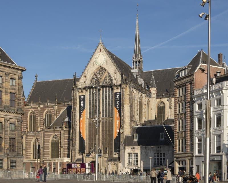 De Nieuwe Kerk Amsterdão, com entrada do visitante em Dam Square imagens de stock