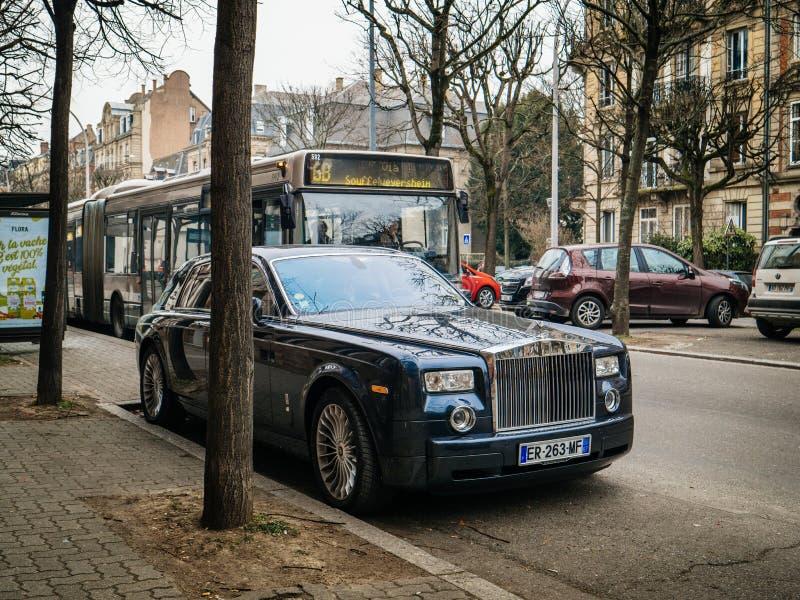 De nieuwe limousine van Luxerolls-royce phantom op de straten van Frank stock foto's