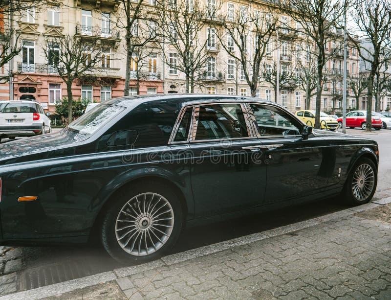 De nieuwe limousine van Luxerolls-royce phantom op de straten van Frank stock fotografie
