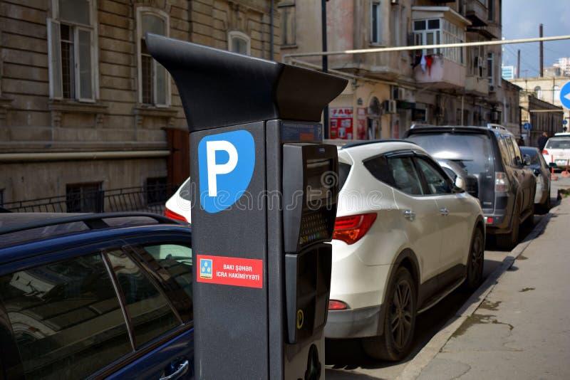 De nieuwe machine van het autoparkeren op oude stadsstraten stock foto