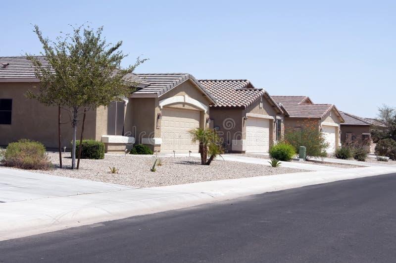 De nieuwe Moderne Buurt van de Huizen van de Woestijn stock afbeelding