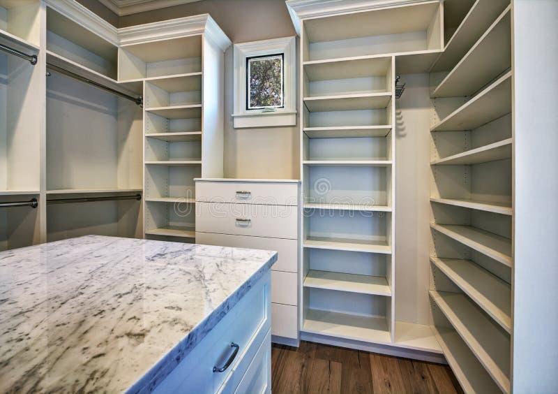 De nieuwe Moderne Kast van de Huis Hoofdslaapkamer stock foto