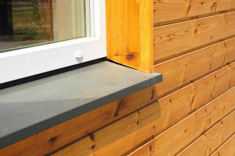 De nieuwe reparatie van de venstervensterbank met houten de muurbuitenkant van de huisvoorgevel royalty-vrije stock foto