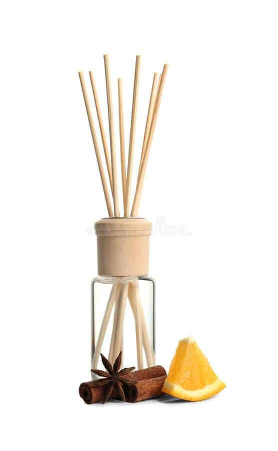 De nieuwe verfrissing, anis, de pijpjes kaneel en de plak van de rietlucht van sinaasappel op wit royalty-vrije stock afbeelding