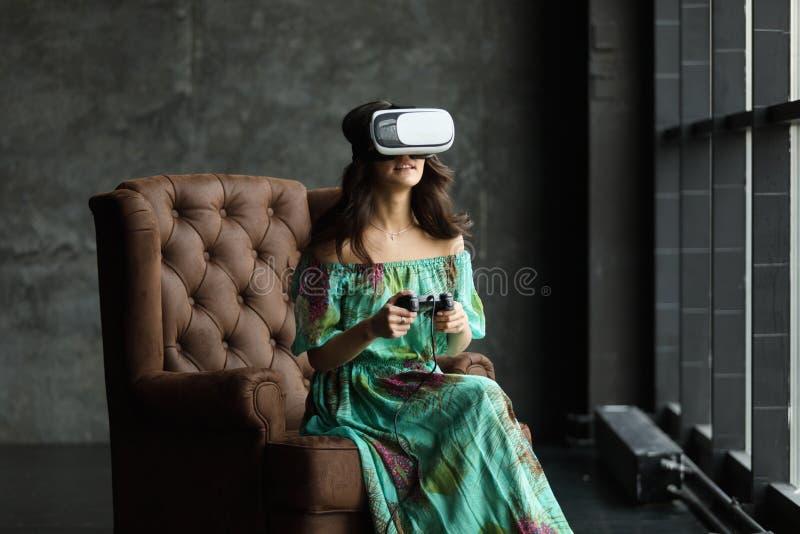 De nieuwe werkelijkheid is hier Knappe jonge vrouw in VR-hoofdtelefoon, is het VR-hoofdtelefoonontwerp generisch en geen emblemen royalty-vrije stock afbeelding