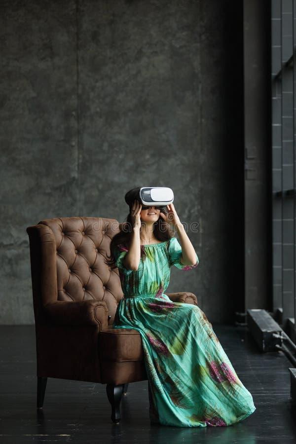 De nieuwe werkelijkheid is hier Knappe jonge vrouw in VR-hoofdtelefoon, is het VR-hoofdtelefoonontwerp generisch en geen emblemen stock fotografie