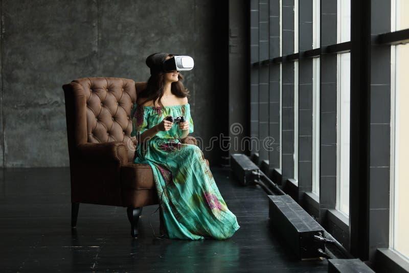 De nieuwe werkelijkheid is hier Knappe jonge vrouw in VR-hoofdtelefoon, is het VR-hoofdtelefoonontwerp generisch en geen emblemen stock foto's