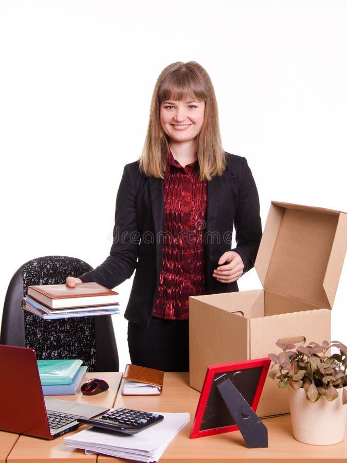 De nieuwe werknemer in het bureau schikt persoonlijke bezittingen royalty-vrije stock afbeeldingen