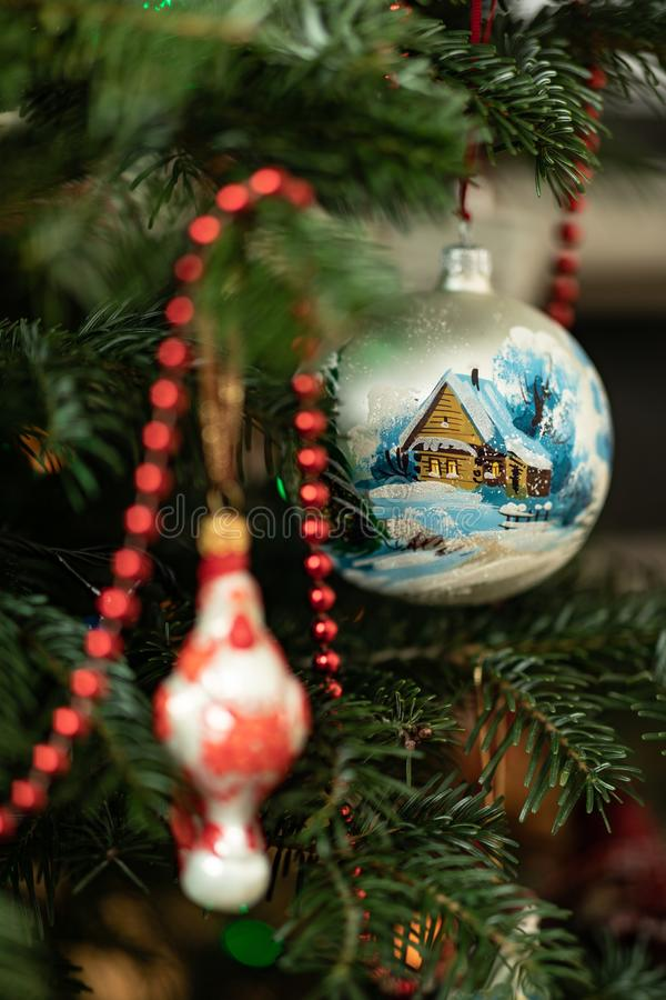 De Nieuwjaarboom met gebieden en een slinger wordt verfraaid die Het gebied van een Nieuwjaar met de getrokken kleine hut in de w royalty-vrije stock afbeeldingen