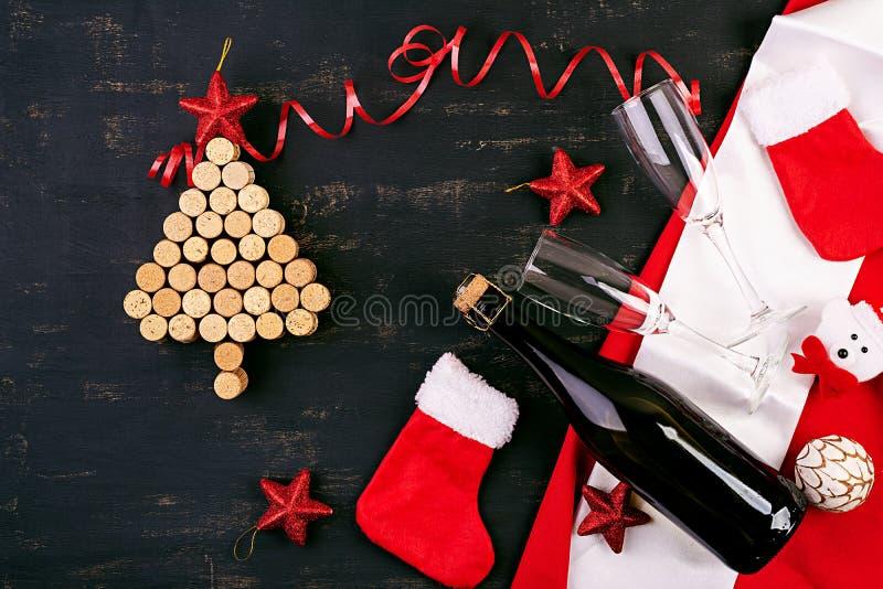 De nieuwjaardecoratie met Kerstmisboom die van wijn wordt gemaakt kurkt en fles champagne De achtergrond van Kerstmis Hoogste men royalty-vrije stock afbeelding
