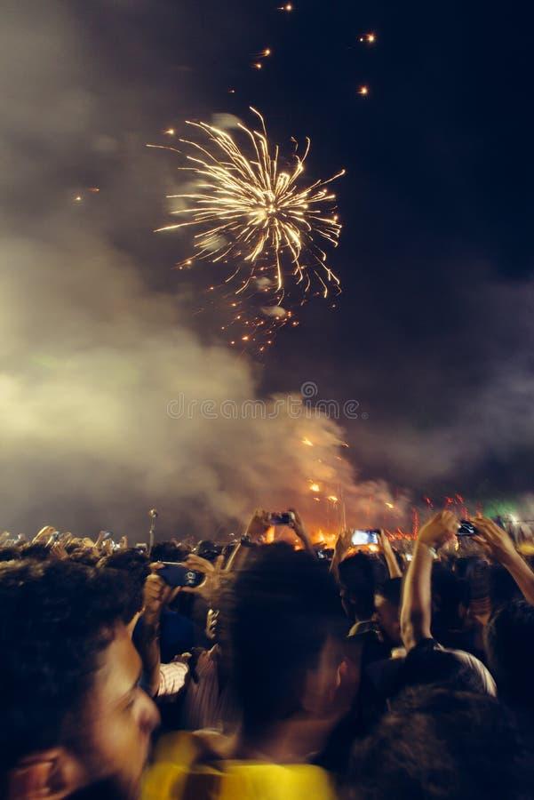 De Nieuwjaarvieringen op het strand van Fortkochi Vuurwerk bij nigh stock foto