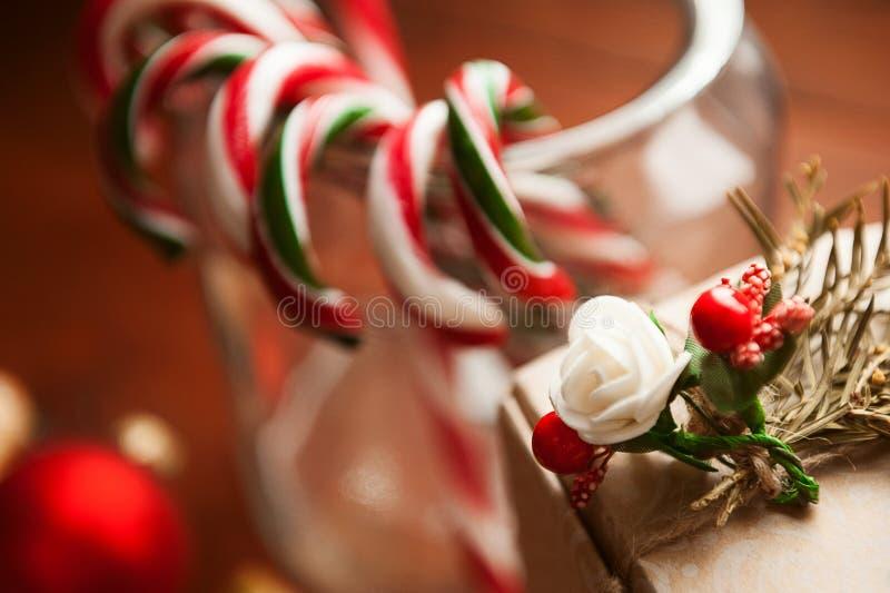 De Noël toujours durée biscuits faits maison de gingembre, sucrerie de canne, sur un fond en bois photo stock