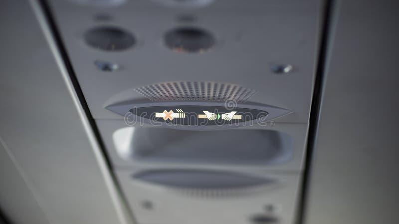 De no fumadores y sujetar el cinturón de seguridad firme en el aeroplano fotos de archivo