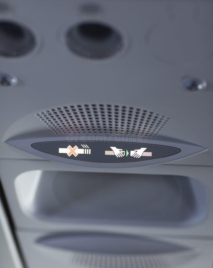 De no fumadores y sujetar el cinturón de seguridad firme en el aeroplano foto de archivo libre de regalías