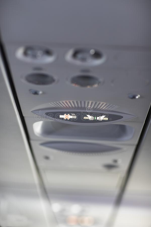 De no fumadores y sujetar el cinturón de seguridad firme en el aeroplano imágenes de archivo libres de regalías