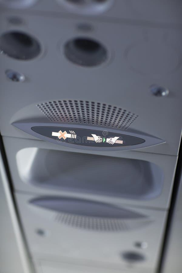 De no fumadores y sujetar el cinturón de seguridad firme en el aeroplano imagenes de archivo